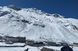 हिमपातका कारण दुई विदेशीसहित १० पर्यटक मेरापिक क्षेत्रमा फसे