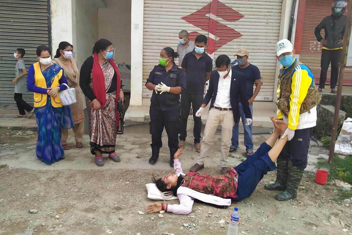 पैदलयात्री अचेत भई लडेको देख्नासाथै उद्धार कार्यमा खट्दै वालिङ नगर प्रमुख खाँण